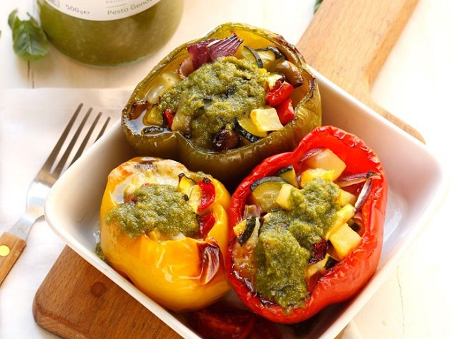 Ratatouille-stuffed peppers and Pesto di Pra'